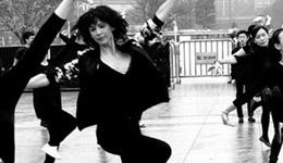 动动广场舞再刷新高度 与芭蕾舞梦幻组合