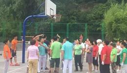 广场舞大妈霸占篮球场事后 球场管理划分球场使用