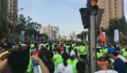 北京通州半程马拉松赛 中暑跑者拒绝救护车坚持比赛
