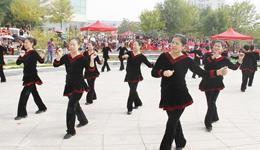 俄罗斯大妈赴哈尔滨尬舞 中国广场舞大妈vs俄罗斯大妈