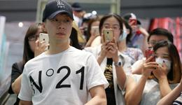 日乒赛落幕马龙率国乒众将回国 马龙机场遭粉丝围堵合影