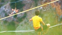 奥地利极限达人上演红湖高空行走 扁带高空行走高清图片