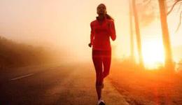 晨跑和夜跑哪个更健康 夜跑晨跑利弊有哪些