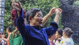 中国八旬老太太玩转双杆 中国西安老年健身达人