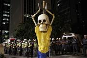 世界杯抵制活动升温 骷髅造型讽球场事故