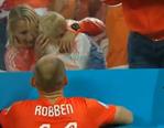 荷兰输球罗本场边安慰哭泣的儿子