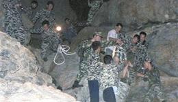 游客登山遇险 警民联手救出