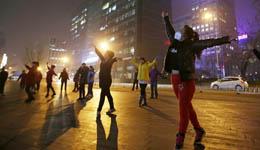 北京发布雾霾红色预警  大妈戴口罩跳广场舞