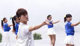 小鲜肉领舞十年 教中国大妈跳广场舞开公司
