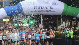 香港马拉松赛开跑 大雨天跑者坚持比赛
