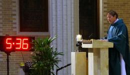 美国牧师跑马前做弥撒 赛后创新纪录