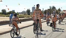 世界裸骑活动够胆就来 骑车安全你我关注