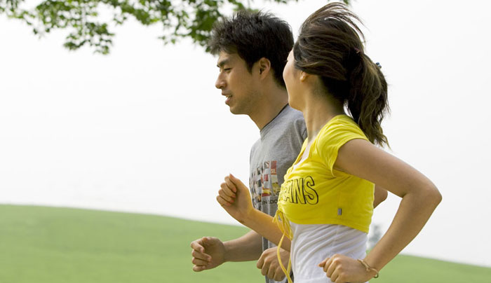 坚持跑步锻炼享受健康生活 户外跑步锻炼可预防结肠癌