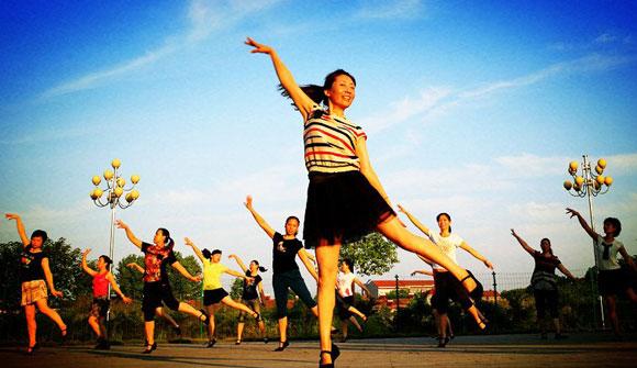 广场舞走进互联网+时代 学跳舞找舞友两不误