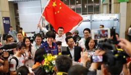 女排初抵里约就见熟悉的那抹红 巴西华人举国旗接机