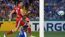 德国杯拜仁5-0大胜 莱万戴帽狐媚斩回归首球