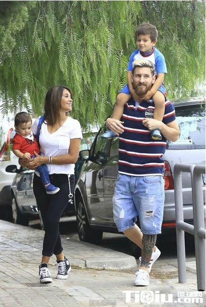 梅西儿子照片曝光_梅西两儿子照片 梅西与妻子送儿子上学_体球网