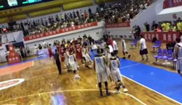 台湾球队福建友谊赛起冲突 观众怒砸水瓶比赛一度中断