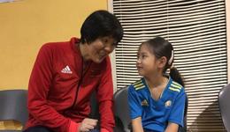 郎平坦言排球人口太少 郎平亲近校园教孩子打球