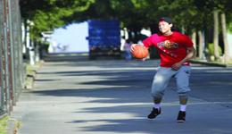 王大雷近况 王大雷改玩篮球罚球线起跳暴扣