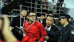 北京主场安保推搡抢记者证件 声称在这里我说怎样就怎样