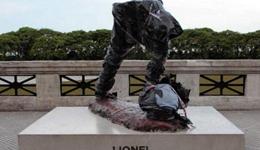 阿根廷立梅西雕像 梅西雕像惨遭不明严重毁坏