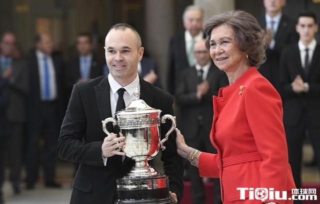 伊涅斯塔荣获西班牙国家体育奖 王后亲自颁奖
