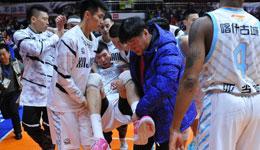 新疆男篮遭重创周琦受伤 90度崴脚被抬出场