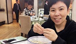 乒坛女皇邓亚萍也拜倒在美食的诱惑下 超耐心掰羊肉泡馍