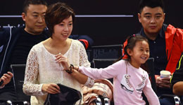 张怡宁携小魔王观战直通赛 母女互动爱意满满