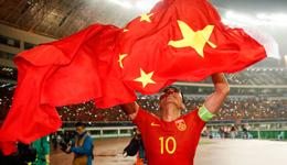 37岁国足队长踢满全场 郑智身披国旗激动落泪