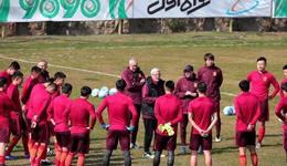 国足遭遇伊朗盘外招 国足训练场地坑洼不平
