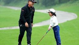 刘国梁女儿近照 刘国梁陪女儿参加青少年高球赛
