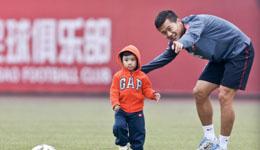 黄博文儿子照片 身材健硕被调侃成幼儿园外援