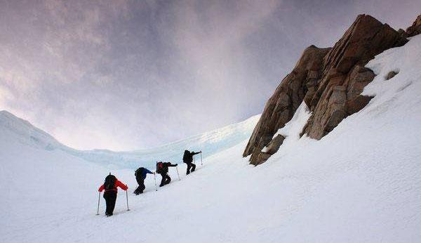 雪地徒步如何防寒 户外小憩防寒姿势