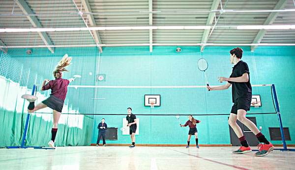 怎样打羽毛球更快 打羽毛球的技巧