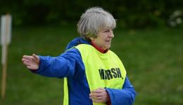 英国女首相赛道志愿者 英国首相特蕾莎梅客串志愿者