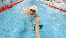 游泳水中翻滚的小技巧 初学者游泳技巧教学