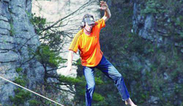 攀岩高手岩壁走钢丝 国外户外极限运动视频