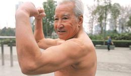 中国肌肉大爷 成都84岁肌肉大爷晾晒照片