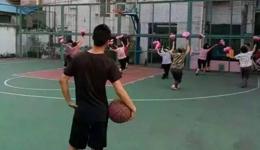 广场舞红衣大爷球场打人 广场舞大妈vs篮球小伙