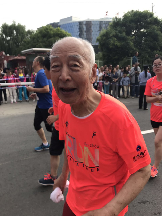 跑友故事丨跟兔子小姐姐跑兰马 偶遇84岁大爷