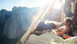 悬崖之上的攀登者悬崖搭帐篷 攀登者悬崖露宿高清照片