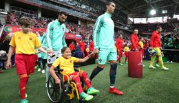 C罗为残疾女孩献吻送球衣 C罗联合会杯最新消息