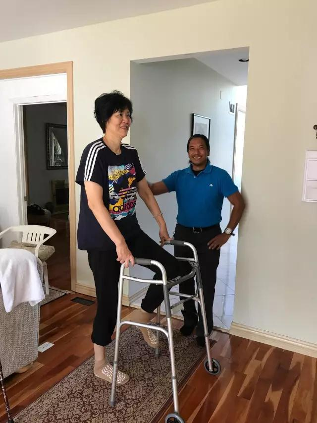 郎平术后两周开始康复训练 撑拐杖散步亲自下厨