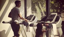 明星爱跑步吴彦祖 吴彦祖携女儿室内跑步机锻炼