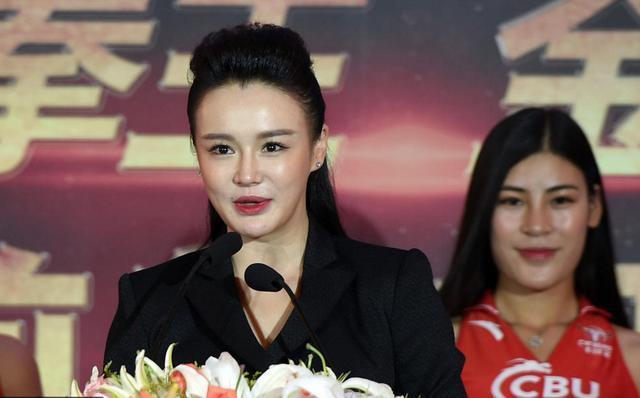 冉莹颖国际范发言惊艳  网友:霸气干练超杨澜