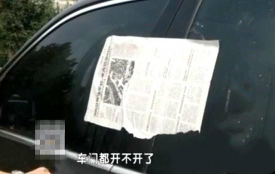 """百万豪车被贴满报纸 只因""""侵犯""""广场舞领地"""