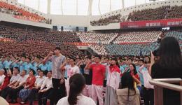 周琦参加上海交大新生入学典礼 正式成为姚明校友