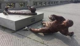 梅西雕像在阿根廷又恶意被毁 砍断双腿碎片一地